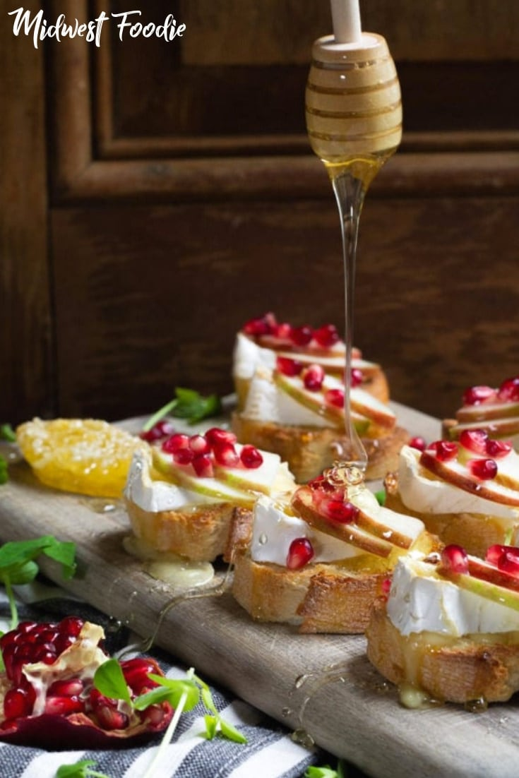 Apple, Brie Crostini with Pomegranate Seeds | Midwest Foodie | This apple brie crostini is the perfect fresh, light holiday appetizer for your next party or family get together! Quick, simple and delicious! #midwestfoodie #appetizer #cheese #wine #party