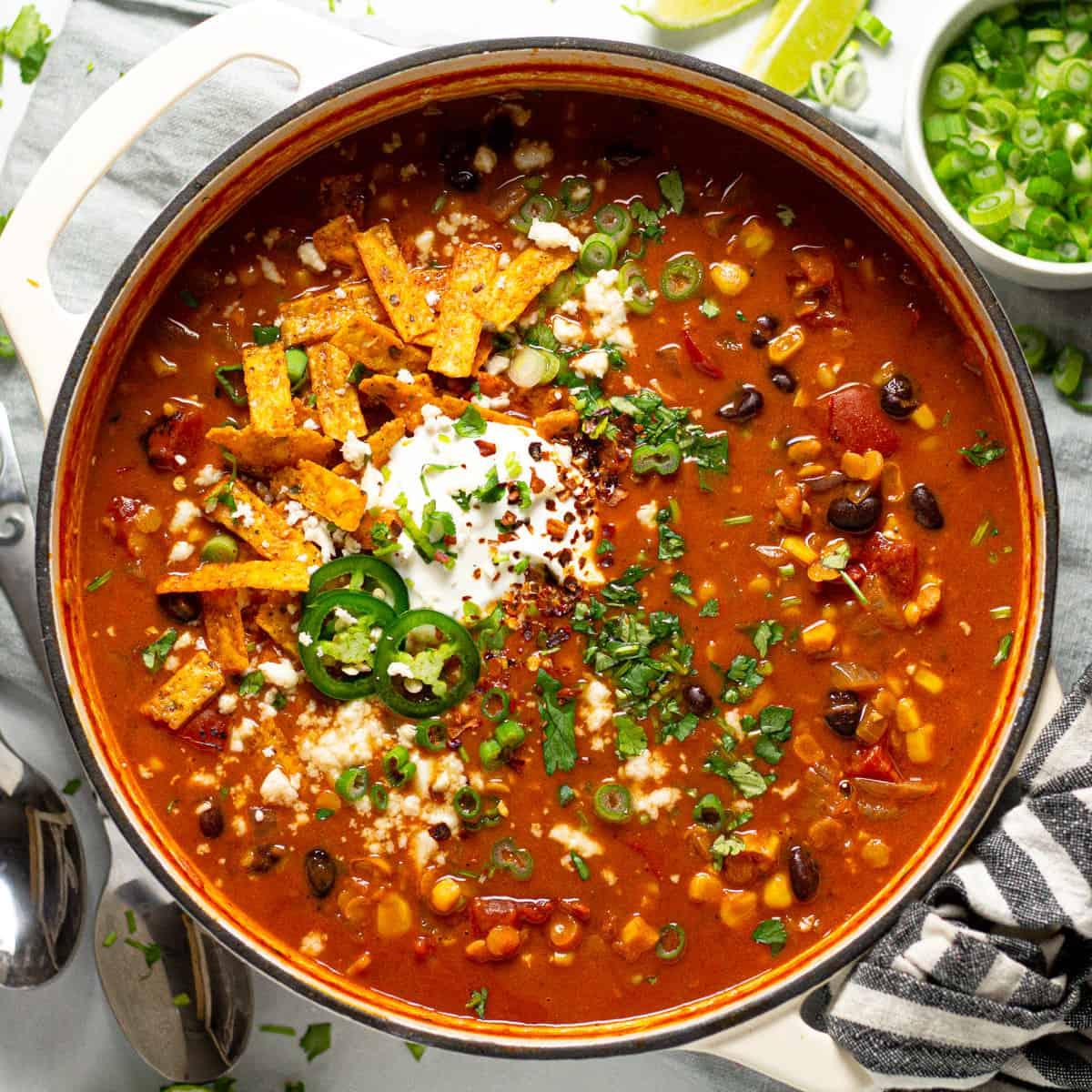 supă de legume gătită la cuptor, acoperită cu 2 lingurițe de parmezan mărunțit