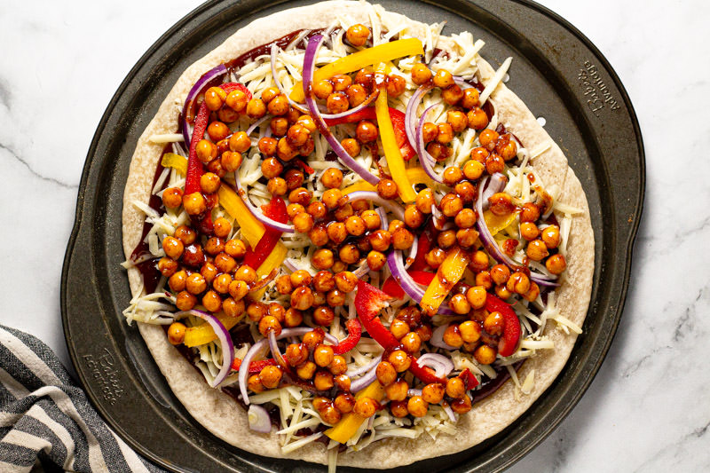 Photos showing how to assemble vegetarian barbecue pizza